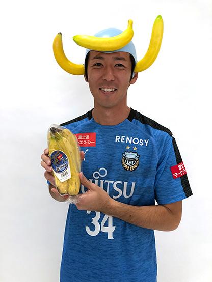 「かわさき応援バナナ」。売上全てを競技場改修費として市に寄付している(写真は山村和也選手)