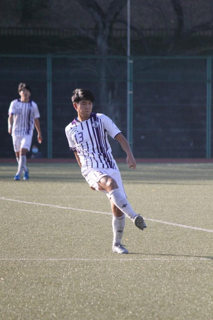 サッカーをする少年  自動的に生成された説明