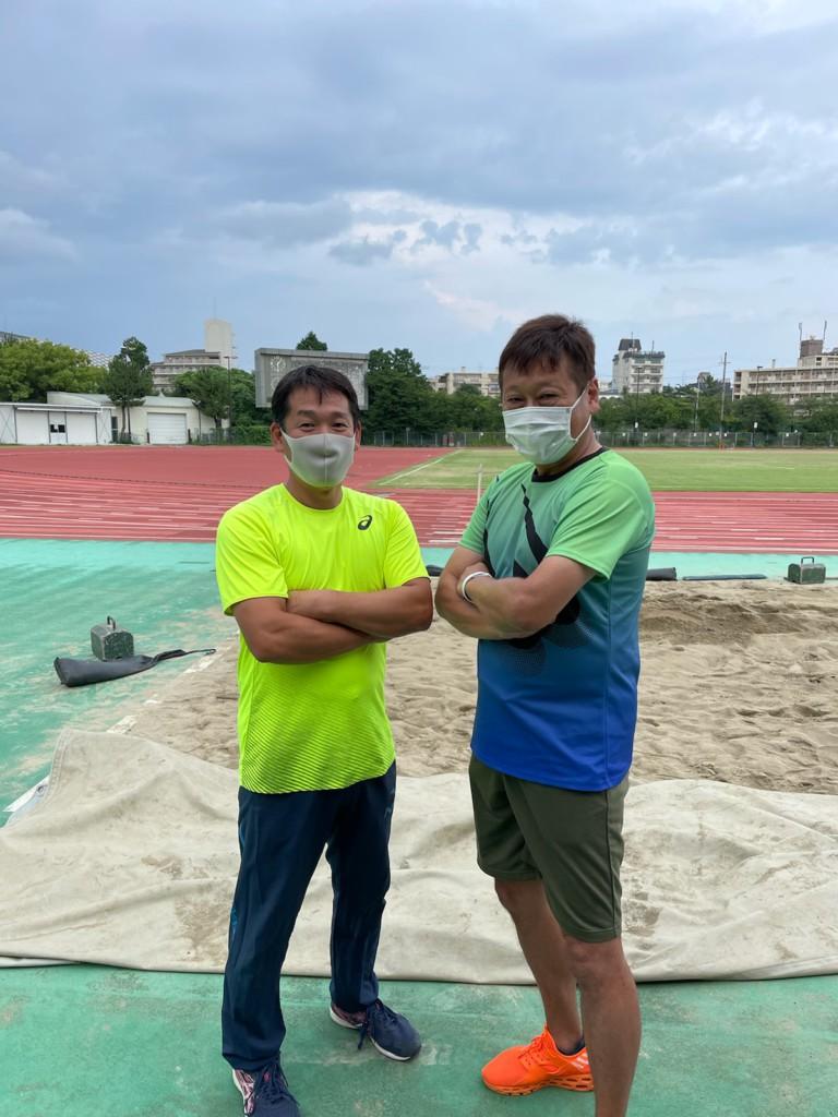 勝見ヘッドコーチと河田氏(写真左)